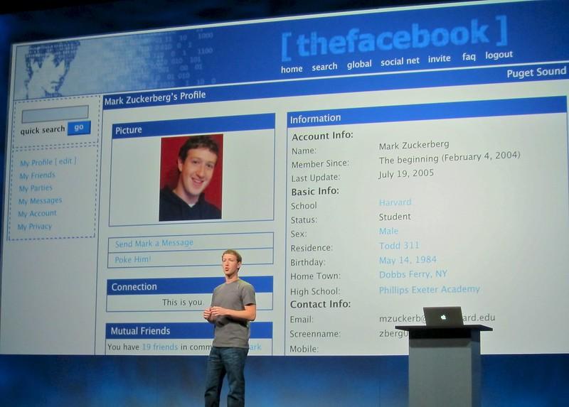 le patron de facebook devant un écran montrant son profil facebook