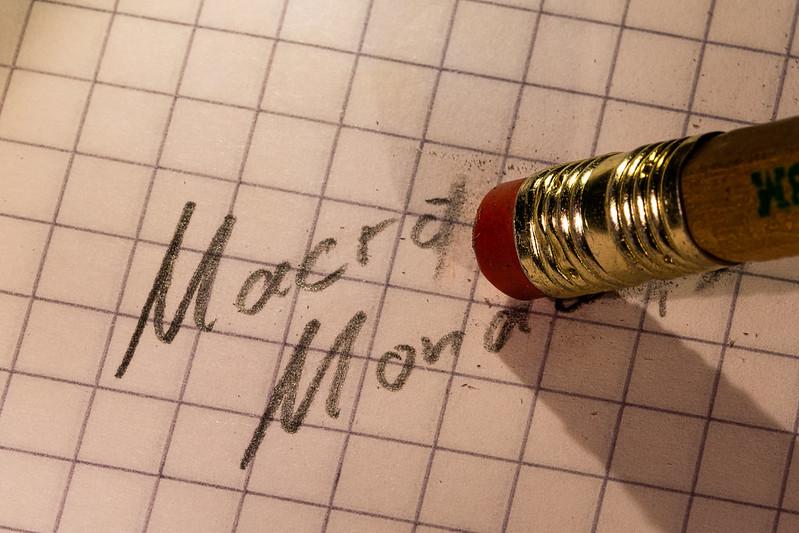 la gomme d'un papier crayon efface des mots sur une feuille